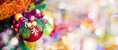 Красный орнамент шарика смертной казни через повешение для рождественской елки Предпосылка украшения Xmas сияющего светлого пироф Стоковое Фото