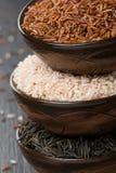 Красный, одичалый и розовый рис в керамическом шаре, конец-вверх Стоковые Фото
