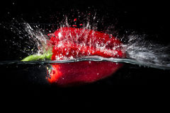 Красный пеец падает внутри для того чтобы намочить Стоковое Фото