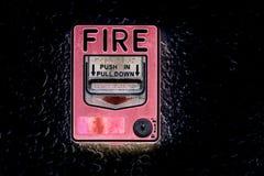 Красный переключатель пожарной сигнализации на стене цемента стоковое изображение rf