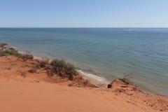 Красный песчаный пляж на заливе бутылки в национальном парке Francois Peron Стоковые Изображения RF