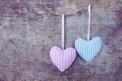 Красный пинк ткани 2 и голубые обнажанные сердца на деревянной предпосылке стоковое фото rf
