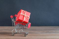 Красный подарок в тележке от супермаркета Стоковые Фотографии RF