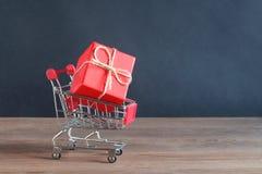 Красный подарок в тележке от супермаркета Стоковая Фотография RF