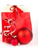 Красный подарок на рождество на белизне Стоковые Изображения RF