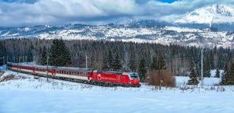 Красный поезд, высокое Tatras, Словакия Стоковые Изображения