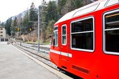 Красный поезд на станции в Швейцарии 1 Стоковые Фотографии RF