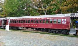 красный поезд стоковое изображение