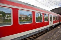 Красный поезд выходит станция Стоковые Изображения RF