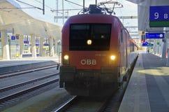 Красный поезд города австрийской федеральной железной дороги Стоковые Изображения