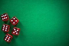 Красный покер dices на зеленом войлоке казино, предпосылке фары стоковые изображения rf