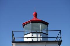 Красный покрытый маяк на ярком голубом небе Стоковые Фотографии RF