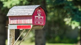 Красный почтовый ящик амбара на солнечный день Стоковая Фотография RF