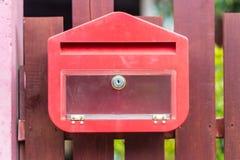 Красный почтовый ящик на загородке Стоковое Изображение