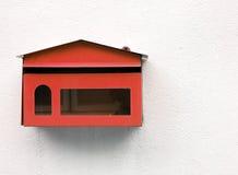 Красный почтовый ящик на стене белого цемента Стоковые Фотографии RF