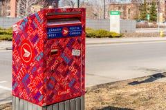 Красный почтовый ящик столба Канады Стоковая Фотография
