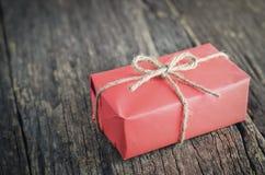 Красный подарок коробки с коричневой веревочкой Стоковые Изображения RF