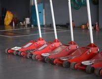 красный подъем jack в гараж Стоковая Фотография