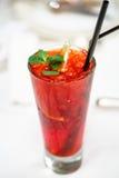 Красный прозрачный коктеиль с ягодами стоковая фотография rf