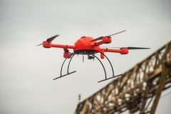 Красный промышленный трутень летает над faci структур металла промышленным Стоковая Фотография
