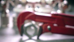 Красный разводной гаечный ключ metalwork для санитарных работ на фоне выключения воды и соединяясь выключения сток-видео