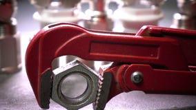 Красный разводной гаечный ключ metalwork для санитарных работ на фоне выключения воды и соединяясь выключения акции видеоматериалы
