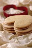 Красный резец печенья и куча печений пряника Стоковая Фотография