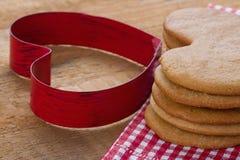 Красный резец печенья и домодельные пряники Стоковые Изображения RF