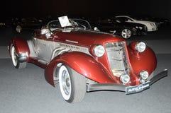Красный ретро автомобиль в выставочном зале стоковые фото