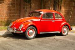 Красный ретро автомобиль Volkswagen Beetle Стоковые Изображения