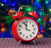 Красный ретро будильник на часах ` 12 o Стоковая Фотография RF