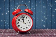 Красный ретро будильник на часах ` 12 o Стоковое Изображение
