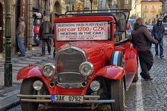 Красный ретро туристский автомобиль на дороге стоковая фотография
