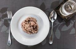 Красный рис в белом блюде Стоковые Фотографии RF