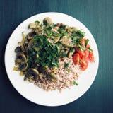 Красный рис с грибами и томатами Блюдо Vegan Стоковые Фото