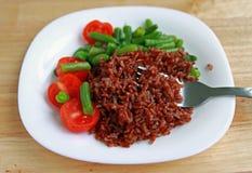 Красный рис с томатами и зелеными фасолями Стоковое Изображение