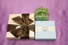 Красный роскошный подарок рождества Подарок Кристмас Счастливая предпосылка рождества Нового Года с подарочной коробкой Торжество Стоковая Фотография RF