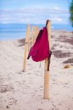 Красный рюкзак на загородке на экзотическом тропическом пляже Стоковые Фотографии RF
