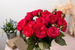 Красный сад поднял Цветки букета роз в стеклянной вазе Затрапезное шикарное домашнее оформление Стоковое Фото