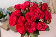 Красный сад поднял Цветки букета роз в стеклянной вазе Затрапезное шикарное домашнее оформление Стоковые Изображения