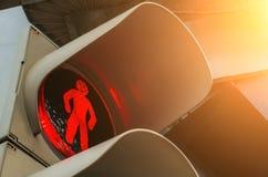 Красный светофор и маленький человек с улыбкой в улице города стоковое фото rf