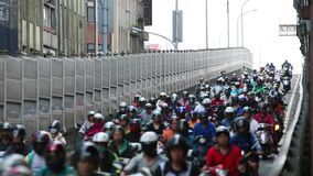 Красный свет движения мотоцикла ждать, занятый час пик в городе Тайбэя сток-видео