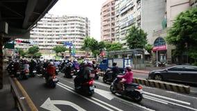 Красный свет движения мотоцикла ждать, занятый час пик в городе Тайбэя видеоматериал
