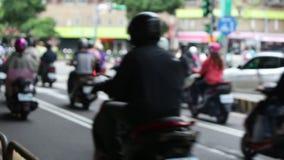 Красный свет движения мотоцикла ждать, занятый час пик в городе Тайбэя акции видеоматериалы