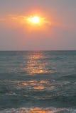 Красный свет захода солнца над морем Стоковое Изображение