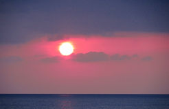 Красный свет захода солнца над морем Стоковая Фотография RF