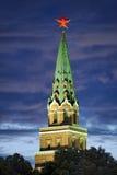 Красный свет звезды Кремля против Twilight неба - Москва Стоковые Фото