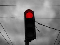Красный свет светофора против серого темного неба Стоковое фото RF