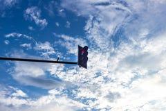 Красный свет Traffice на голубом небе Стоковая Фотография RF