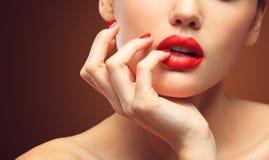 Красный сексуальный крупный план губ и ногтей рот открытый Маникюр и состав Составьте принципиальную схему стоковое фото rf